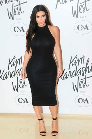 Tragen Sie ein schwarzes Figurbetontes Kleid, um einen lockeren, aber dennoch stylischen Look zu erhalten. Machen Sie Ihr Outfit mit schwarzen Leder Sandaletten eleganter.