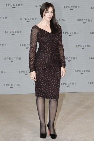 40 Jährige: Outfits Damen 2020: Entscheiden Sie sich für ein schwarzes gepunktetes Etuikleid für einen für die Freizeit geeigneten Look. Schwarze leder pumps sind eine großartige Wahl, um dieses Outfit zu vervollständigen.