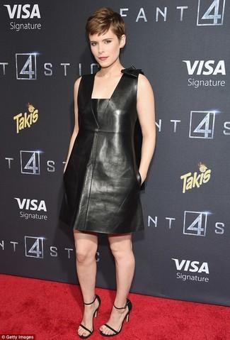 Schwarzes gerade geschnittenes Kleid aus Leder kombinieren: trends 2020: Stechen Sie unter anderen trendbewussten Menschen hervor mit einem schwarzen gerade geschnittenem Kleid aus Leder. Schwarze Leder Sandaletten sind eine perfekte Wahl, um dieses Outfit zu vervollständigen.