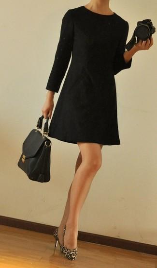 Wie kombinieren: schwarzes gerade geschnittenes Kleid, beige Pumps aus Kalb Haar mit Leopardenmuster, schwarze Satchel-Tasche aus Leder