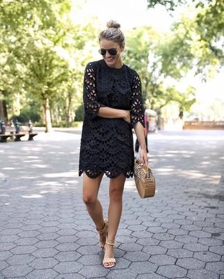 Wie kombinieren: schwarzes gerade geschnittenes Kleid mit Lochstickerei, hellbeige Wildleder Sandaletten, beige Stroh Clutch