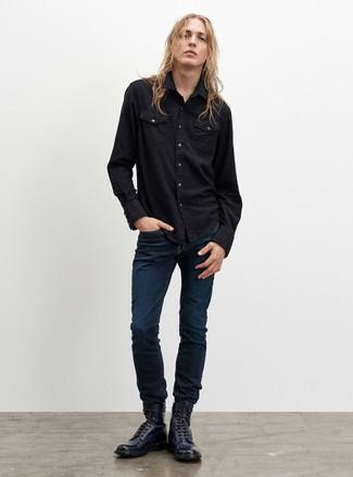 Wie kombinieren: schwarzes Jeanshemd, dunkelblaue Jeans, dunkelblaue Lederfreizeitstiefel