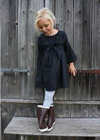 Wie kombinieren: schwarzes Kleid, braune Gummistiefel, graue Strumpfhose