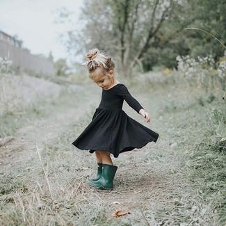 Wie kombinieren: schwarzes Kleid, dunkelgrüne Gummistiefel