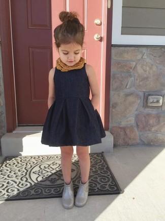 Wie kombinieren: schwarzes Kleid, graue Gummistiefel, brauner Schal