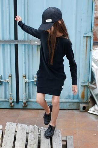 Wie kombinieren: schwarzes Kleid, schwarze Oxford Schuhe, schwarze Baseballkappe