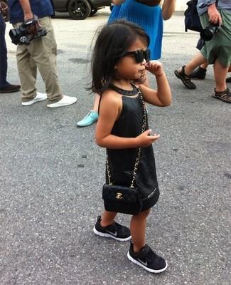 Wie kombinieren: schwarzes Kleid, schwarze Turnschuhe