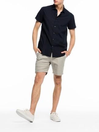 Wie kombinieren: schwarzes Kurzarmhemd, hellbeige Shorts, hellbeige Leinenschuhe