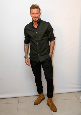 David Beckham trägt Schwarzes Langarmhemd, Schwarze Chinohose, Rotbraune Wildlederfreizeitstiefel