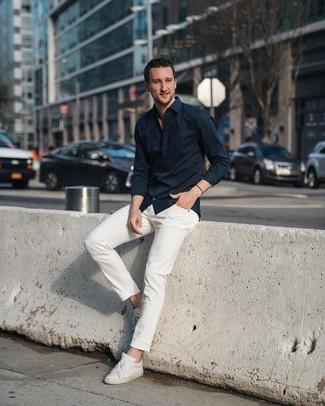 Wie kombinieren: schwarzes Langarmhemd, weiße Jeans, weiße Leder niedrige Sneakers