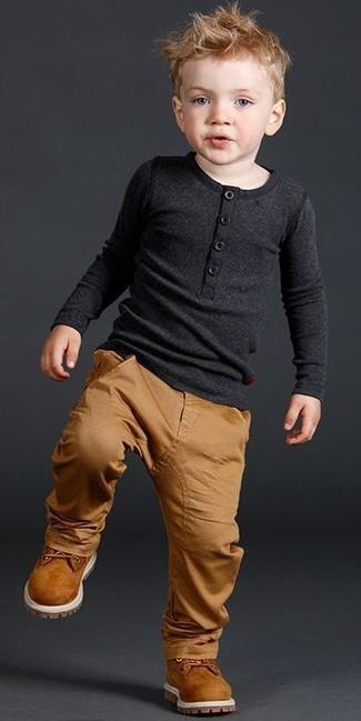 Wie kombinieren: schwarzes Langarmshirt, beige Hose, rotbraune Stiefel