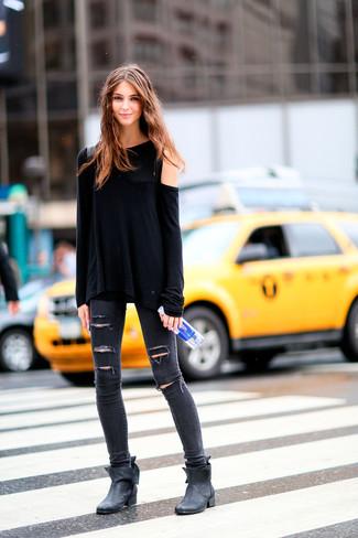 Wie kombinieren: schwarzes Langarmshirt, dunkelgraue enge Jeans mit Destroyed-Effekten, schwarze Leder Stiefeletten