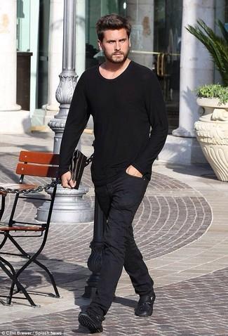 Wie kombinieren: schwarzes Langarmshirt, schwarze Chinohose, schwarze Leder Mokassins