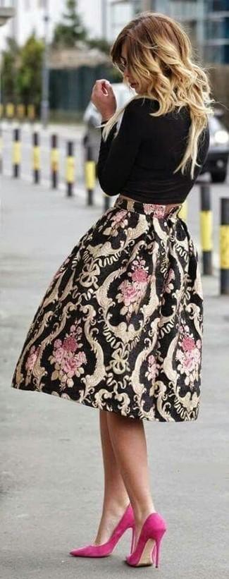 Schwarzes Langarmshirt kombinieren – 184 Damen Outfits: Probieren Sie diese Kombination aus einem schwarzen Langarmshirt und einem schwarzen bedruckten ausgestelltem Rock, um eine lockere Atmosphäre zu erschaffen. Fuchsia Wildleder Pumps sind eine gute Wahl, um dieses Outfit zu vervollständigen.