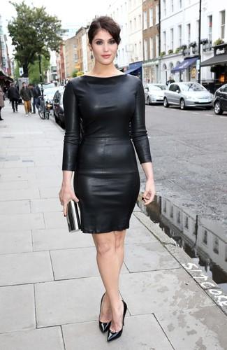 Wie kombinieren: schwarzes Leder figurbetontes Kleid, schwarze Leder Pumps, schwarze Clutch