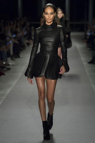 Wie kombinieren: schwarzes Leder Skaterkleid, schwarze Samt Stiefeletten