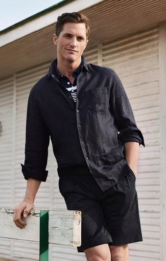 Wie kombinieren: schwarzes Leinen Langarmhemd, dunkelblaues und weißes horizontal gestreiftes Polohemd, schwarze Shorts