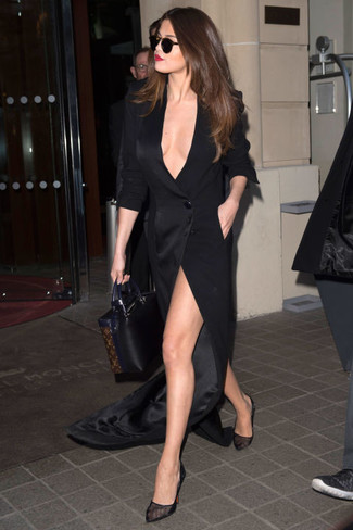 Selena Gomez trägt Schwarzes Maxikleid mit Schlitz, Schwarze Pumps aus Netzstoff, Schwarze Shopper Tasche aus Leder