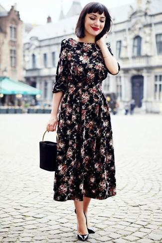 Wie kombinieren: schwarzes Midikleid mit Blumenmuster, schwarze Leder Pumps, schwarze Wildlederhandtasche