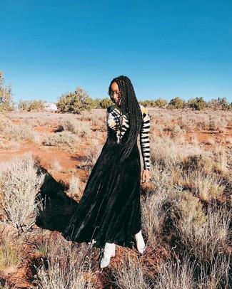 Wie kombinieren: schwarzes Mit Batikmuster Ballkleid, weiße Leder Stiefeletten