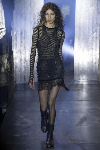 d3120bc4e4c5 schwarzes Netz figurbetontes Kleid, schwarze flache Stiefel mit ...