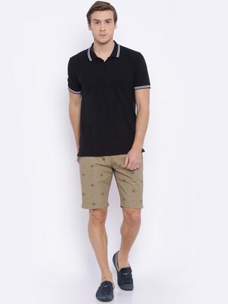 Wie kombinieren: schwarzes Polohemd, beige Shorts, dunkelblaue Wildleder Mokassins