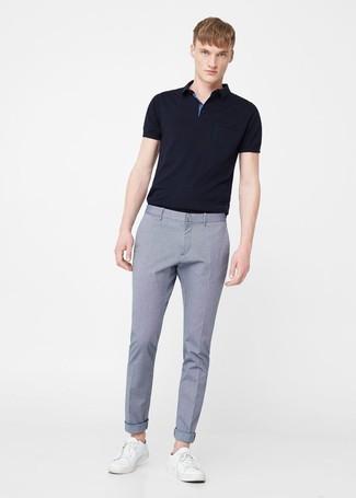Wie kombinieren: schwarzes Polohemd, hellblaue Anzughose, weiße Leder niedrige Sneakers