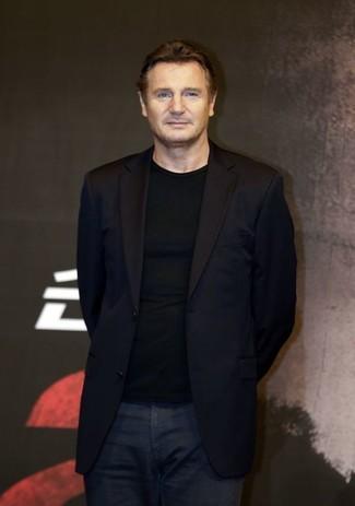 Schwarzes sakko schwarzer pullover mit einem rundhalsausschnitt dunkelblaue jeans large 22192