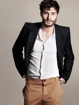 Jamie Dornan trägt Schwarzes Sakko, Weißes Langarmhemd, Rotbraune Anzughose