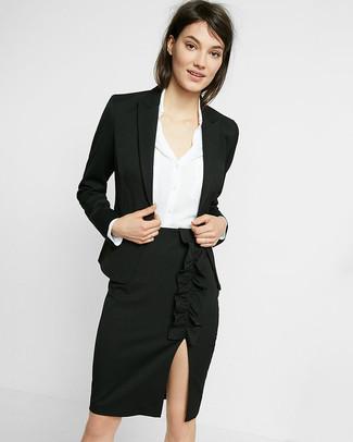 Wie kombinieren: schwarzes Sakko, weißes Seide Businesshemd, schwarzer Bleistiftrock mit Schlitz
