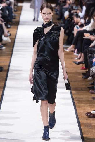 schwarzes Satin Etuikleid, dunkelblaue Leder Stiefeletten für Damen