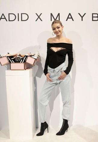 Wie kombinieren: schwarzes schulterfreies Oberteil, graue Jeans, schwarze Samt Stiefeletten