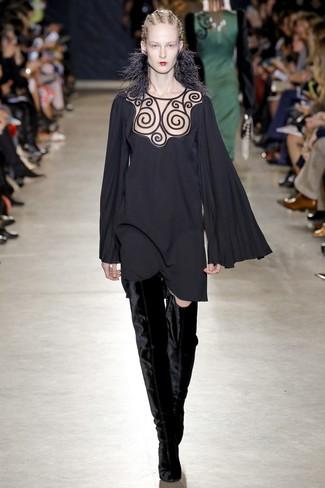 schwarzes schwingendes Kleid, schwarze Overknee Stiefel aus Samt für Damen