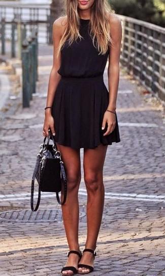 Wie kombinieren: schwarzes Skaterkleid, schwarze flache Sandalen aus Wildleder, schwarze Satchel-Tasche aus Wildleder
