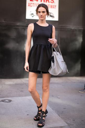 Arbeitsreiche Tage verlangen nach einem einfachen, aber dennoch stylischen Outfit, wie zum Beispiel ein schwarzes Skaterkleid. Machen Sie diese Aufmachung leger mit schwarzen Römersandalen aus Leder.