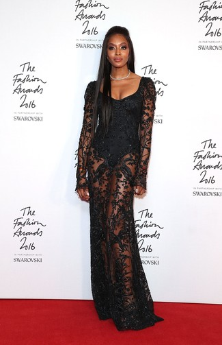 40 Jährige: Outfits Damen 2020: Entscheiden Sie sich für ein schwarzes Spitze Ballkleid für einen glamurösen, klassischen Look.