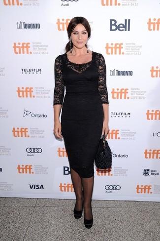 40 Jährige: Outfits Damen 2020: Wahlen Sie ein schwarzes Spitze Etuikleid, um sich selbstbewusst zu fühlen und stylisch auszusehen. Ergänzen Sie Ihr Look mit schwarzen wildleder pumps.