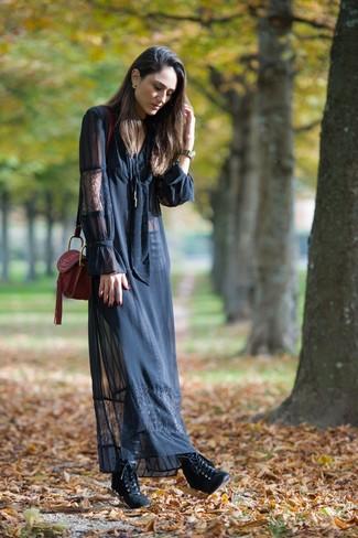 Wie kombinieren: schwarzes Spitze Maxikleid, schwarze Schnürstiefeletten aus Leder, dunkelrote Leder Umhängetasche