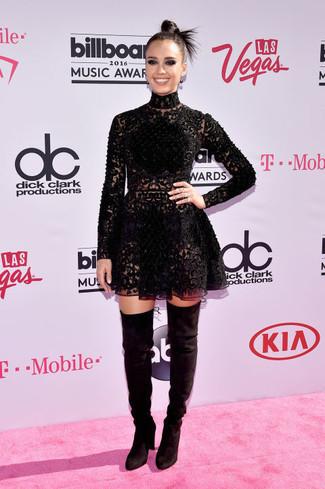 Jessica Alba trägt Schwarzes Spitze Skaterkleid, Schwarze Overknee Stiefel aus Wildleder