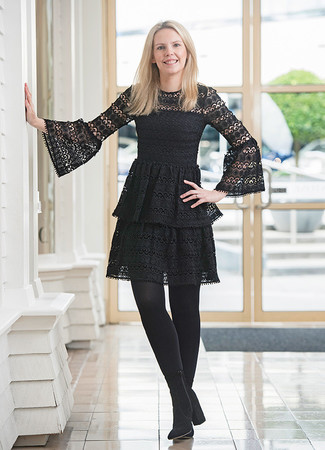 Wie kombinieren: schwarzes Spitze Skaterkleid, schwarze Wildleder Stiefeletten, schwarze Strumpfhose