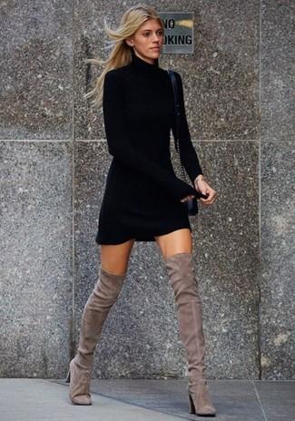 Entscheiden Sie sich für ein schwarzes sweatkleid, um einen schicken, glamurösen Look zu erhalten. Dieses Outfit passt hervorragend zusammen mit grauen overknee stiefeln aus wildleder.