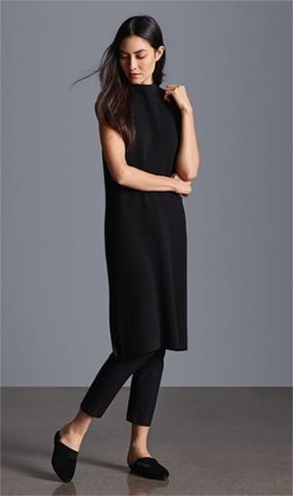 Schwarze enge Hose kombinieren: trends 2020: Wenn Sie einen entspannten Look zaubern müssen, bleiben ein schwarzes Sweatkleid und eine schwarze enge Hose ein Klassiker. Komplettieren Sie Ihr Outfit mit schwarzen Satin Pantoletten, um Ihr Modebewusstsein zu zeigen.