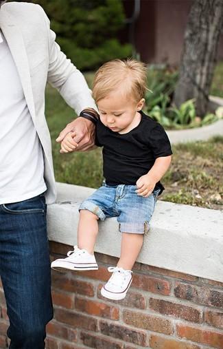 Wie kombinieren: schwarzes T-shirt, blaue Jeansshorts, weiße Turnschuhe