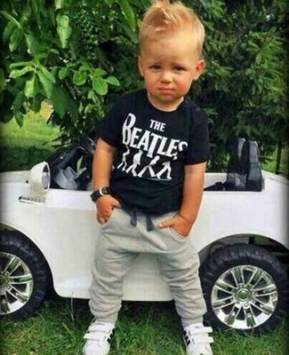 Wie kombinieren: schwarzes T-shirt, graue Jogginghose, weiße Turnschuhe