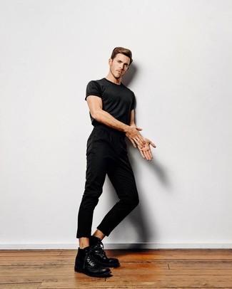 Wie kombinieren: schwarzes T-Shirt mit einem Rundhalsausschnitt, schwarze Chinohose, schwarze Lederfreizeitstiefel