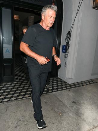 Wie kombinieren: schwarzes T-Shirt mit einem Rundhalsausschnitt, schwarze Chinohose, schwarze Sportschuhe