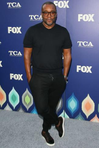 Schwarzes t shirt mit einem rundhalsausschnitt schwarze jogginghose dunkelrote leder niedrige sneakers large 21959