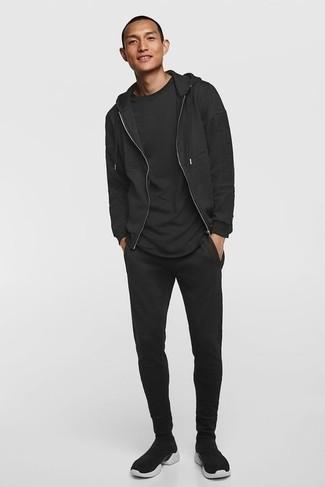 Trainingsanzug kombinieren – 93 Herren Outfits: Für ein bequemes Couch-Outfit, paaren Sie einen Trainingsanzug mit einem schwarzen T-Shirt mit einem Rundhalsausschnitt. Dieses Outfit passt hervorragend zusammen mit schwarzen und weißen Sportschuhen.