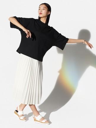 Wie kombinieren: schwarzes T-Shirt mit einem Rundhalsausschnitt, weißer Midirock mit Falten, weiße flache Sandalen aus Leder