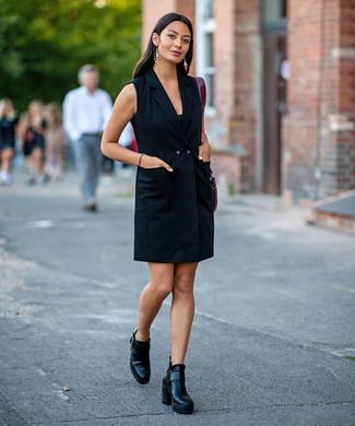 Wie kombinieren: schwarzes Tuxedokleid, schwarze Leder Stiefeletten, dunkelrote Shopper Tasche aus Leder